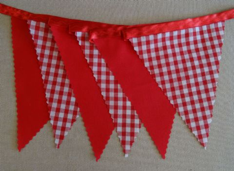 CHRISTMAS BUNTING  Red Gingham and Plain Red on Red Ribbon - 3m - 14 flags (single-sided)